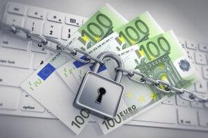 100 Euroscheine auf Keyboard mit Schlo