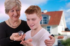 Gromutter schenkt/vererbt Enkelsohn ein Haus